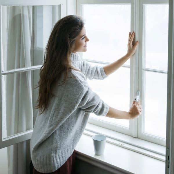femme qui ouvre sa fenêtre
